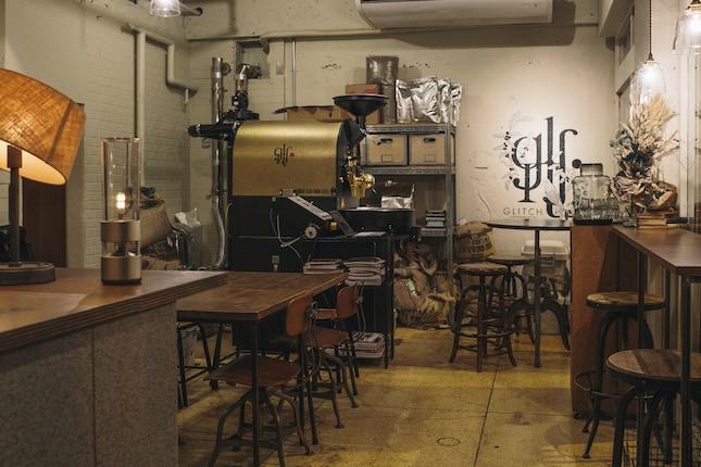 古いビルの1Fに位置する『GLITCH COFFEE&ROASTERS』。床や壁面はもともとあったものを生かし、そこにアンティークのインテリアがセンスよく配置されています。