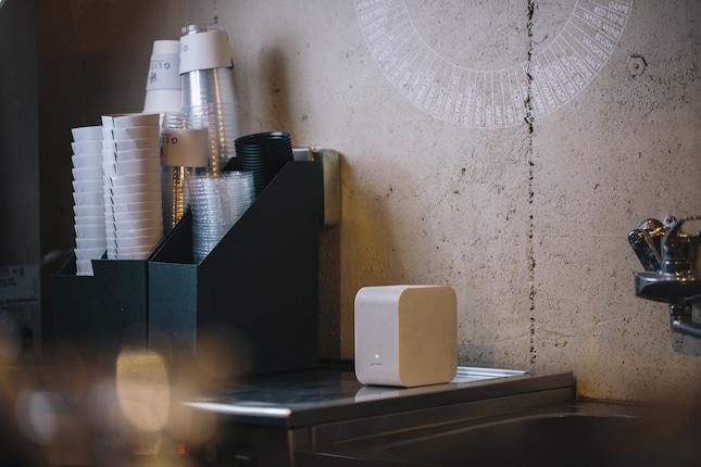 ちょっとした作業スペースにコンパクトなプロジェクターを置き、フレーバーをカテゴライズした、世界基準のコーヒー・テイスターズ・フレーバーホイールを投射。