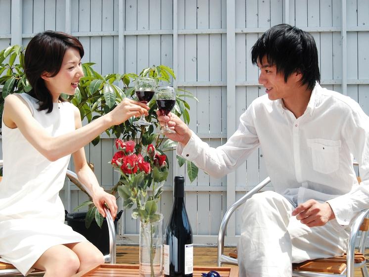 ワイングラス、まだ、そうやって持ってるんですか?