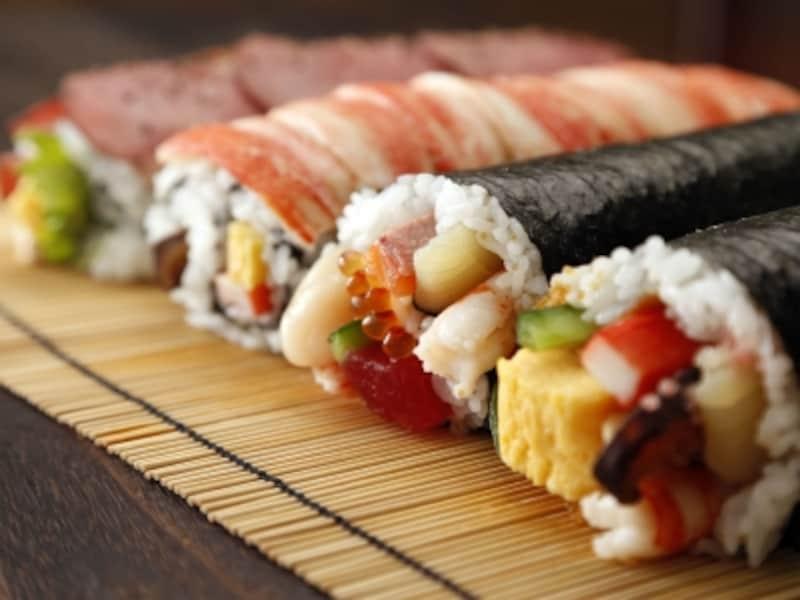 どんどんバリエーションが広がる恵方巻き。今や、寿司のみならずスイーツなどもありますがその由来は?