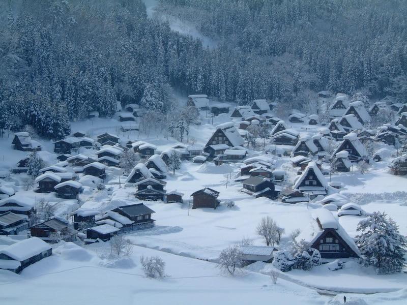 白川郷の美しい雪景色!冬だけの合掌造り集落の絶景