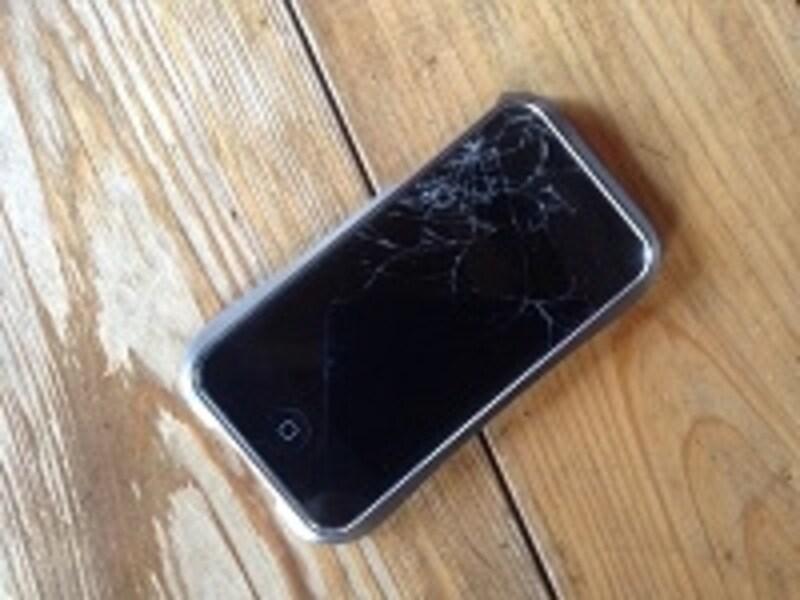 ヒビが入っているiPhone。これさえも売れてしまう