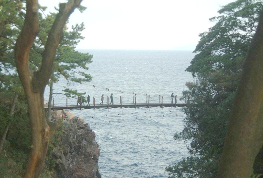 伊豆・城ヶ崎海岸 名所・吊り橋でドキドキ/静岡