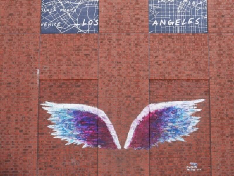 赤レンガ側正面入口付近の《天使の羽(エンジェルウィングス)》は休日になると行列ができるほど人気(2018年6月25日撮影)