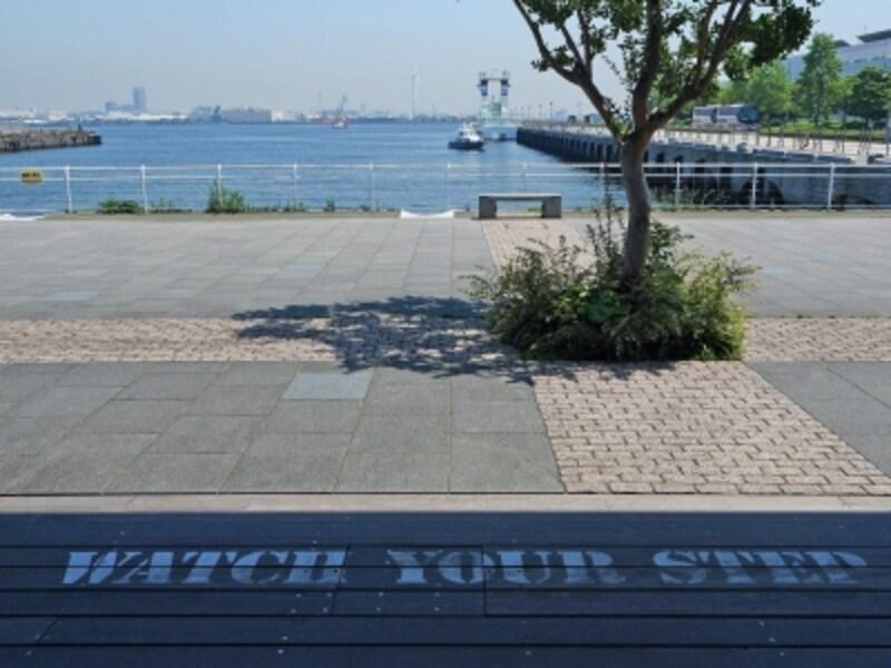 """発想は「海沿いの倉庫街に街路をつくる」。""""働く港""""の風景が広がるようすもまた、ヨコハマらしい(2018年6月25日撮影)"""