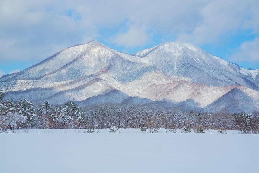 車窓から美しい銀世界を眺められる「雪見列車」3選