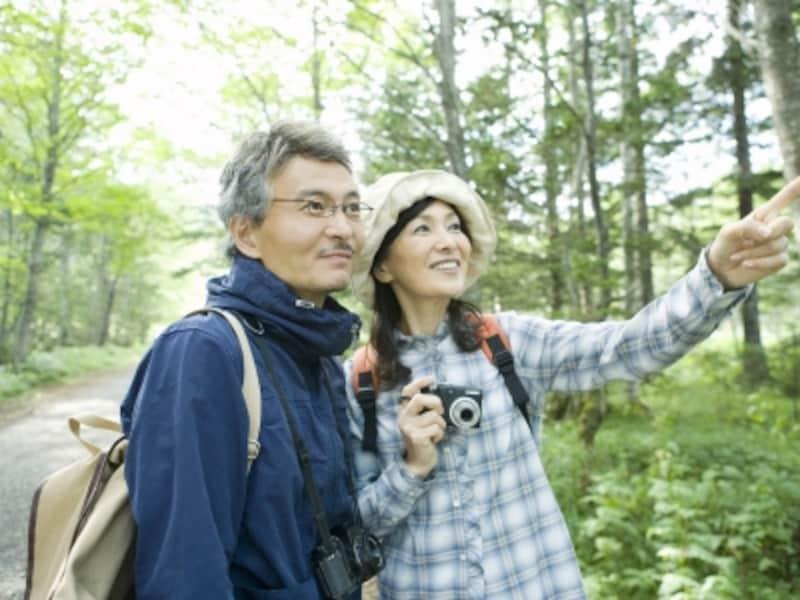 ハイキングをする夫婦