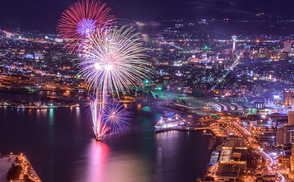 冬限定の函館夜景!夜空に煌めく函館海上花火2000発