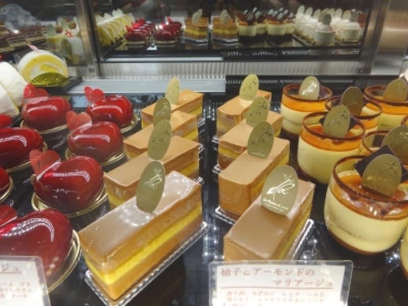 「ラ・リヴィエ・ドゥ・サーブル」のショーケースに並ぶ多彩なケーキ