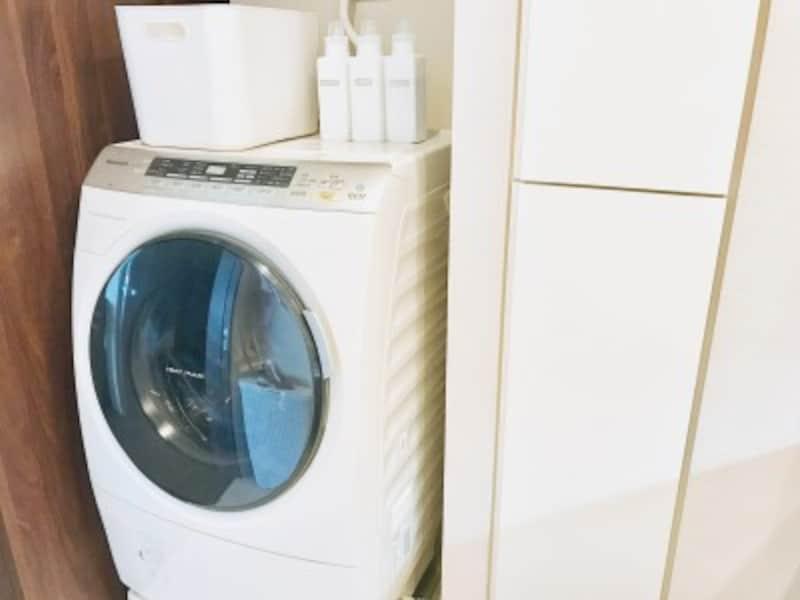 セリアのおすすめ収納グッズ:洗濯機の上に置いた詰め替え洗剤ボトル