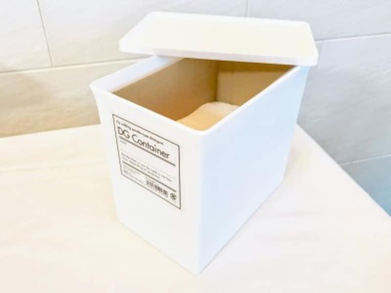 セリアのおすすめ収納グッズ:詰め替えしなくても市販の粉末洗剤の箱をそのまま入れることができる
