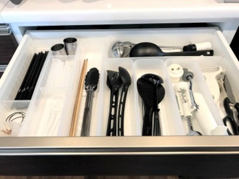 セリアのおすすめ収納グッズ:左側からセリアのキッチントレーを3つ、食器棚の一番上の段で使用