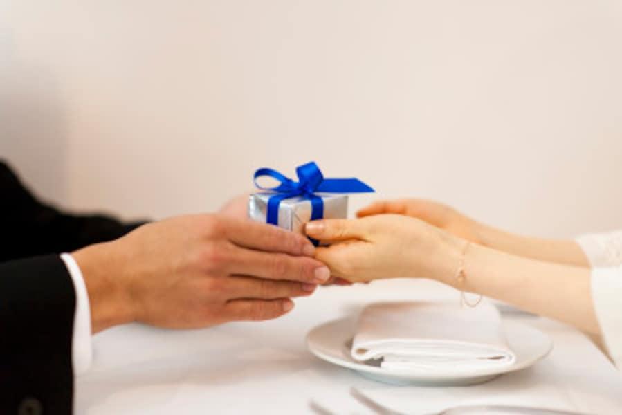 記念日を覚えている、欲しがっていたものをプレゼントしてくれる……もちろんそれらは本気の証ですが、たとえ本気でも忘れてしまう人も。わかりやすい愛情表現だけでは、本気度を図るのは難しいかも