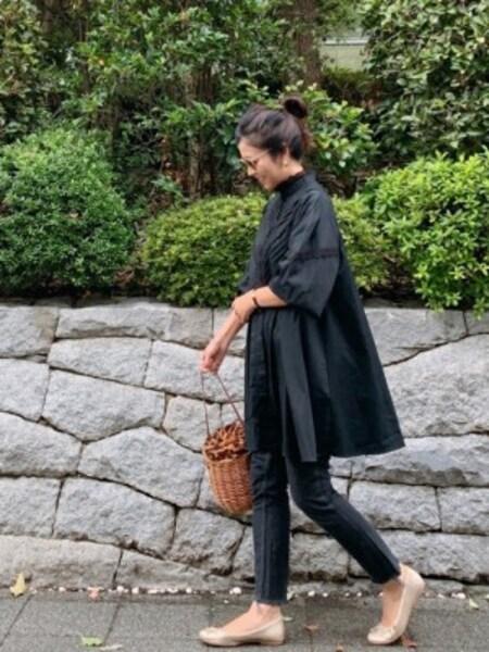 あえて黒など秋らしいコーデにカゴバッグを合わせるとおしゃれ度アップ 出典:WEAR