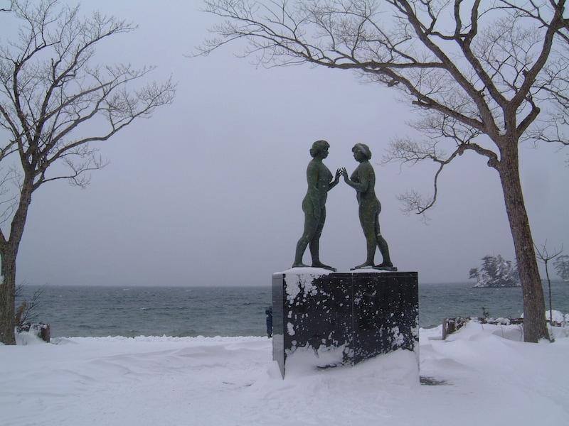 雪が彩る冬の奥入瀬渓流、十和田湖/青森