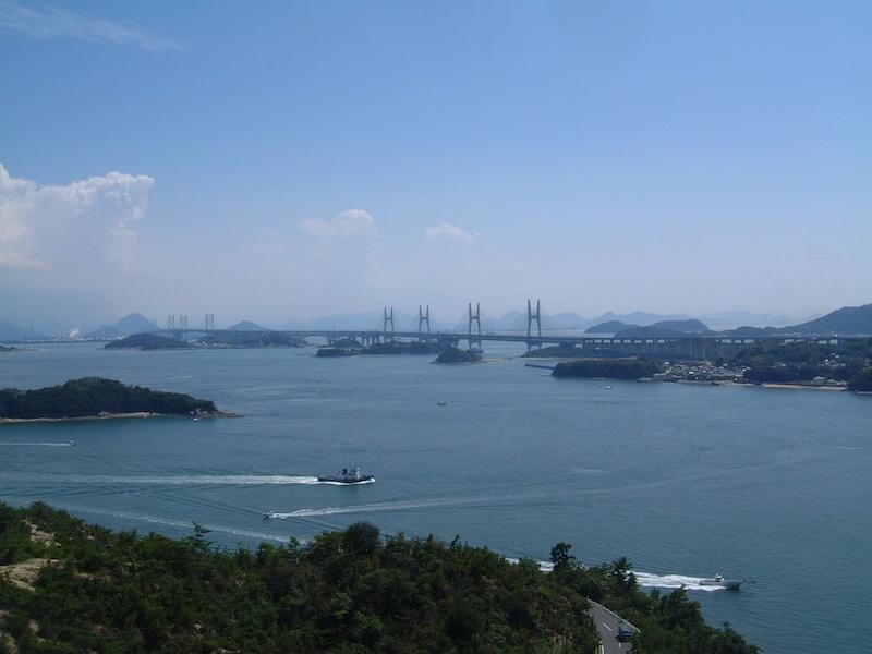 本州・四国を結ぶ架け橋、瀬戸大橋を眺める