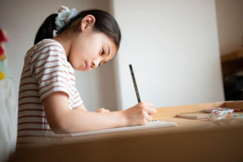 小学生の子どもを持つ親にとっては、中学受験と進学後にかかる費用が気になるところ