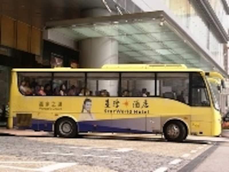 かなり目立つデザインのシャトルバスが多いです