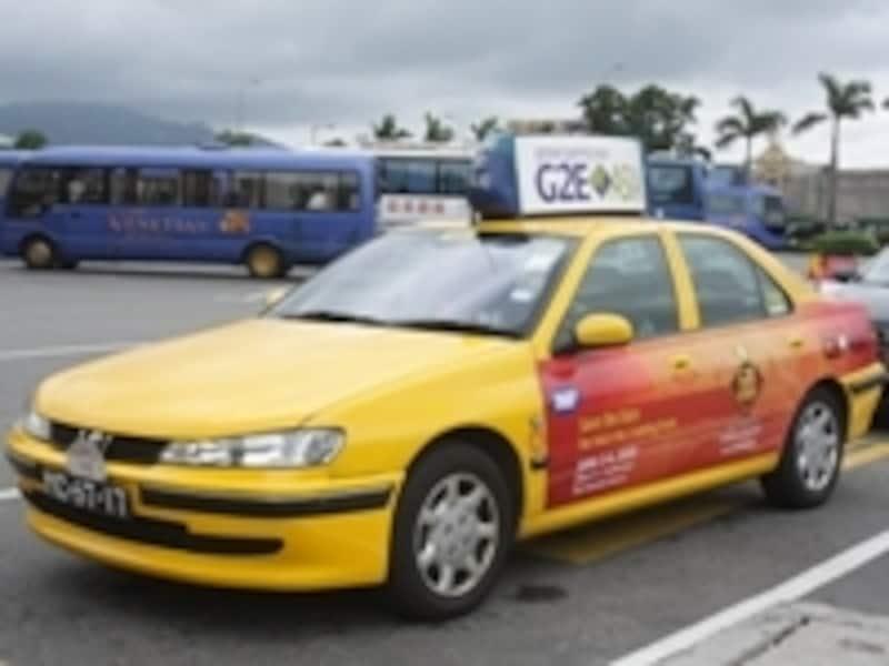 タクシーは黒とクリームのツートンカラーと黄色の2種類あります