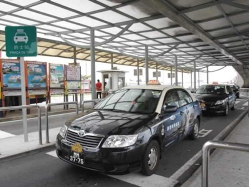 マカオ・フェリーターミナル前のタクシー乗り場。週末や観光シーズンはたいへん混雑します(c)MiyukiKume