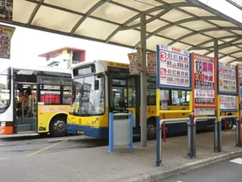 マカオ・フェリーターミナル前のバスターミナル。ここから主要観光地への路線バスが頻繁に運行(c)MiyukiKume
