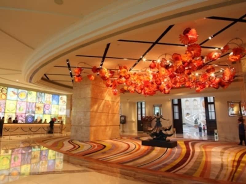 ラグジュアリーホテルはロビーも華やかな雰囲気。写真はMGMグランドマカオ