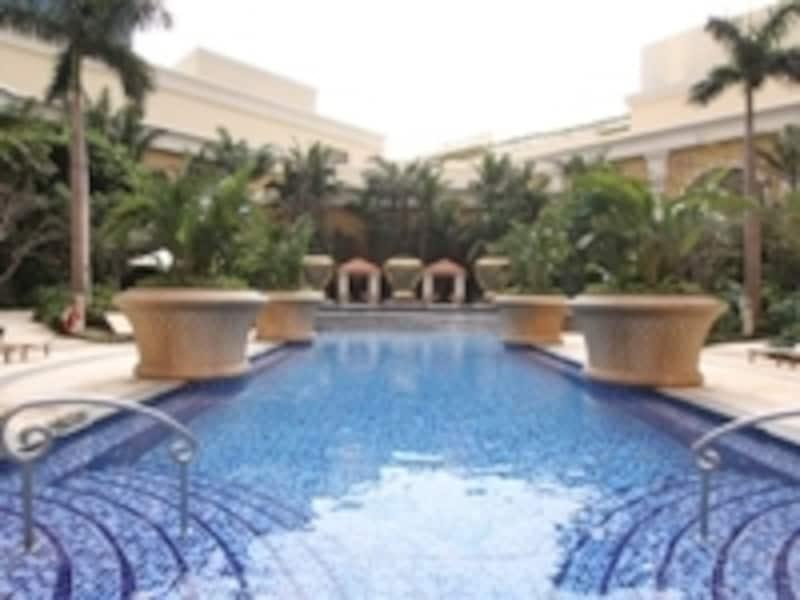豪華な屋外プールのあるホテルも。写真はウィン・マカオ