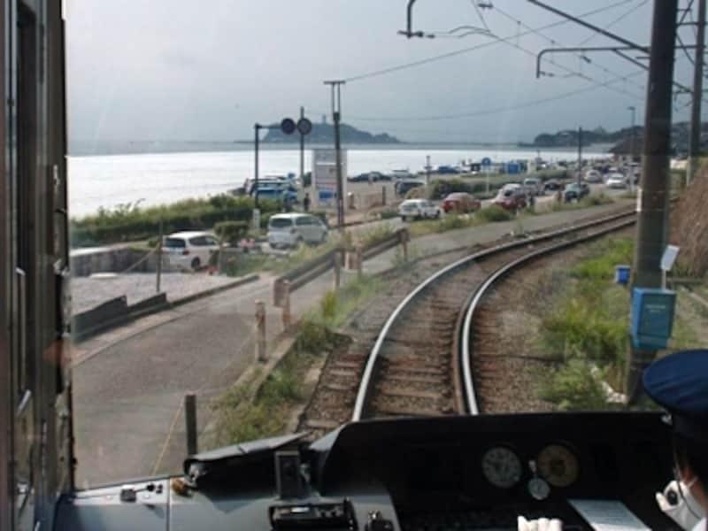 鎌倉駅から出発し、江の島方面まで海沿いを走る江ノ電