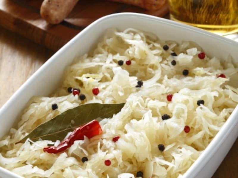 「すっぱいキャベツ」を意味するザワークラウトは、ドイツにおけるキャベツの漬物。また、それを使った料理も指す。