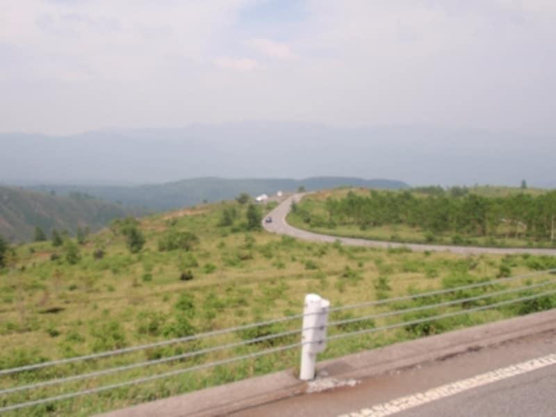 草津温泉から白根山に向かう途中のドライブコースは広大に開けた山の景色が圧巻。そのまま進むと志賀高原や万座温泉に抜けるルートとなっている