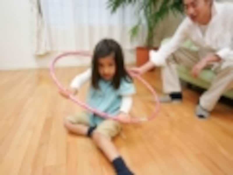フープで遊ぶ子ども