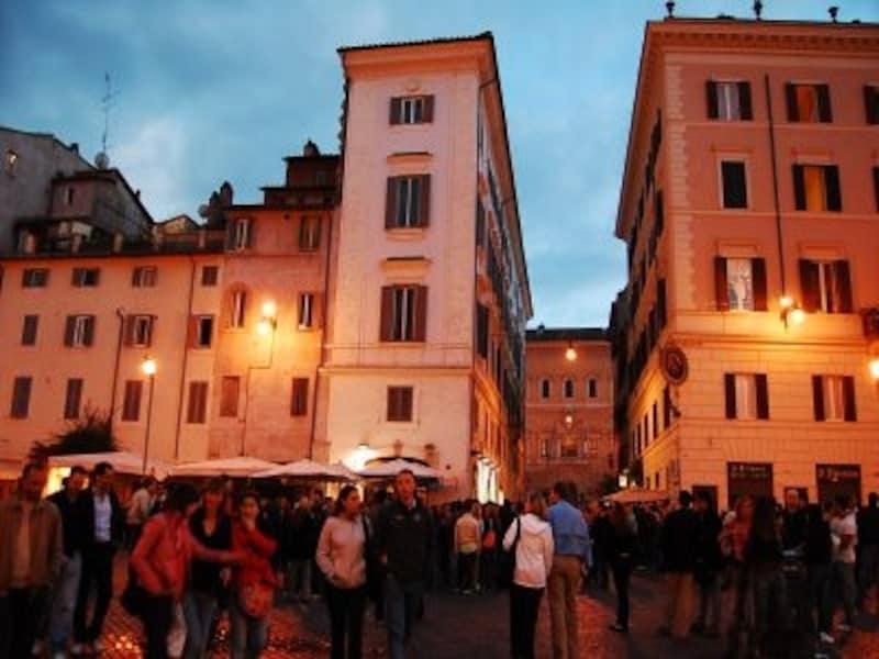©sawabonundefinedイタリアは季節、町、そして時間帯によってさまざまな表情を見せてくれる。5月のローマ、カンポ・デ・フィオーリにて