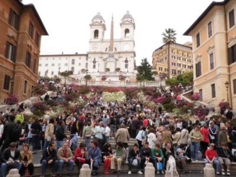©sawabonundefinedローマの観光の中心はスペイン階段。春先にはツツジの花が飾られる