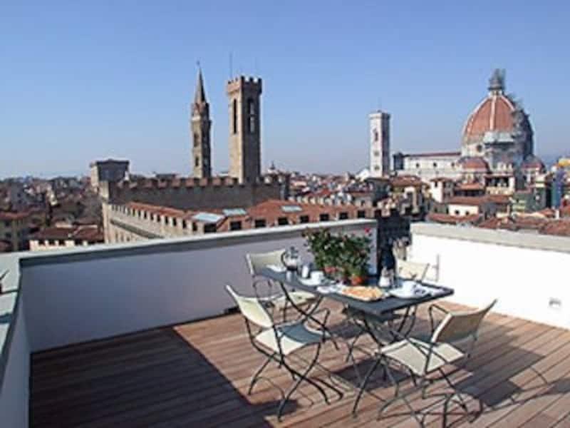 こんな眺めのホテルに泊まってみたい!アパルタメント1トッレ・スイートのテラスからの眺め