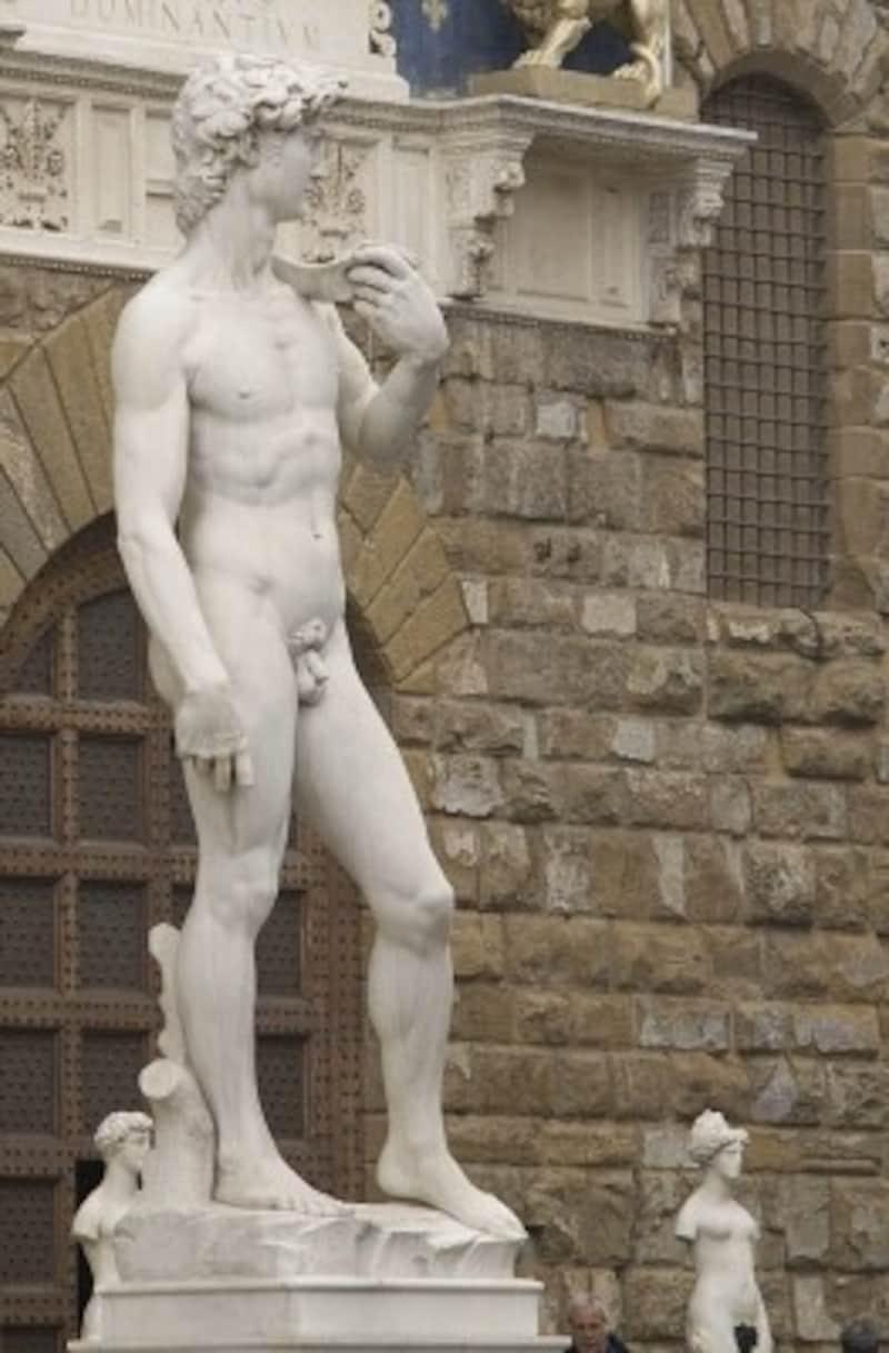 有名なダヴィデ像はこれ。写真はシニョーリア広場にあるレプリカ像(出典:ウィキメディア・コモンズ)