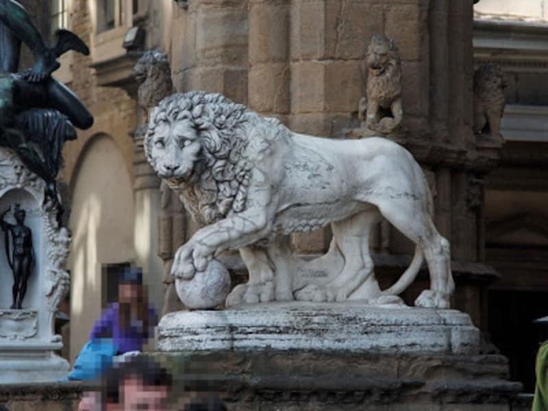 彫刻が立ち並ぶ「シニョーリア広場」(出典:ウィキメディア・コモンズ)