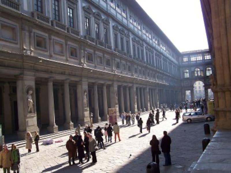 「ヴェッキオ宮殿」のお隣に続く「ウフィッツィ美術館」(出典:出典:ウィキメディア・コモンズ)