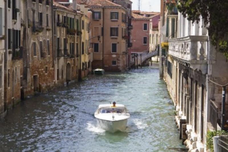水上を走るモーターボートがベネチアのタクシー