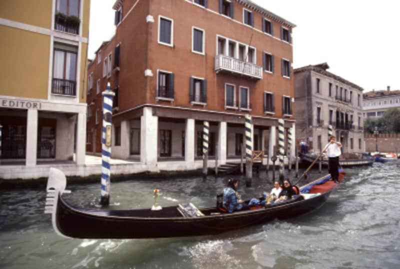 ベネチアに行くなら、一度は乗ってみたい観光用ゴンドラ
