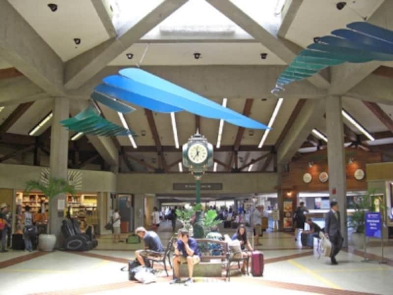 マウイ島のメイン空港、カフルイ空港。リゾートホテルが集まるカアナパリまで車で約50分、ワイレアまで約30分