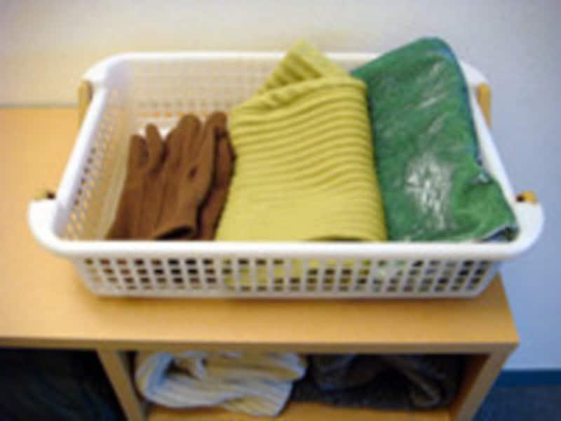 冬小物の収納方法:マフラーや帽子はカゴにひとまとめ