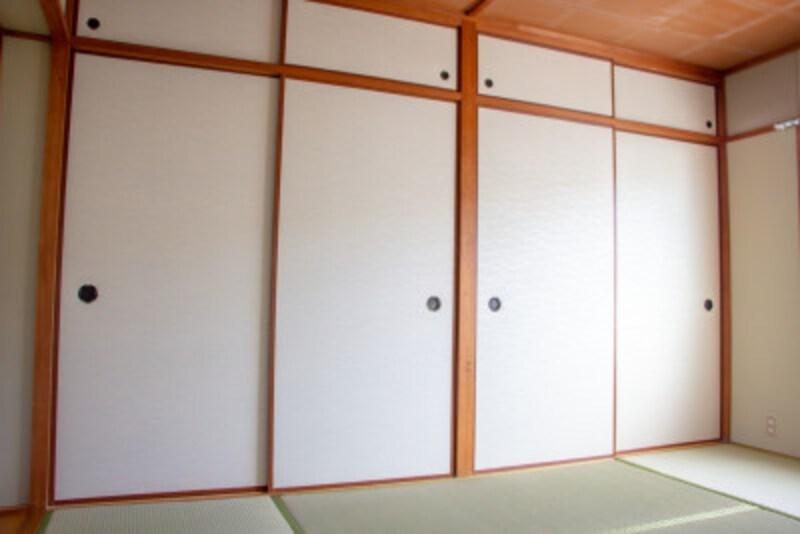 押入れ収納術の基本:詰め込みがちな押入れですが、スッキリ収納するアイデア・コツがあります