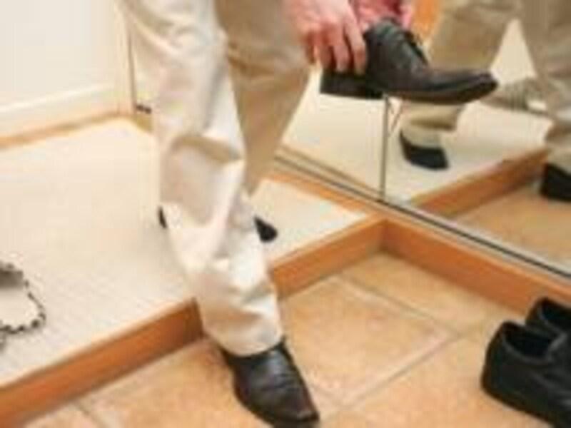 玄関でも「重曹」は活躍。古靴下に重曹を詰めたお手製消臭シューキーパーというテもあります。