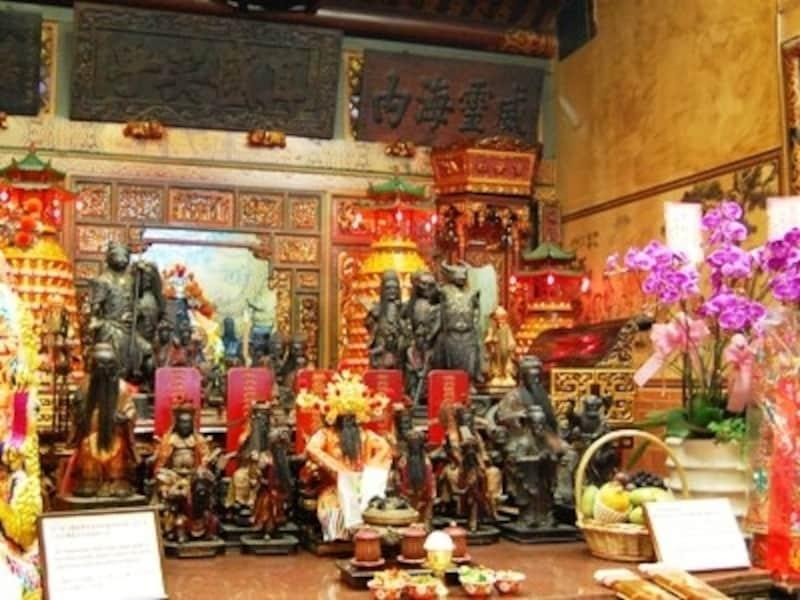 霞海城隍廟の月下老人は1番左端の像です