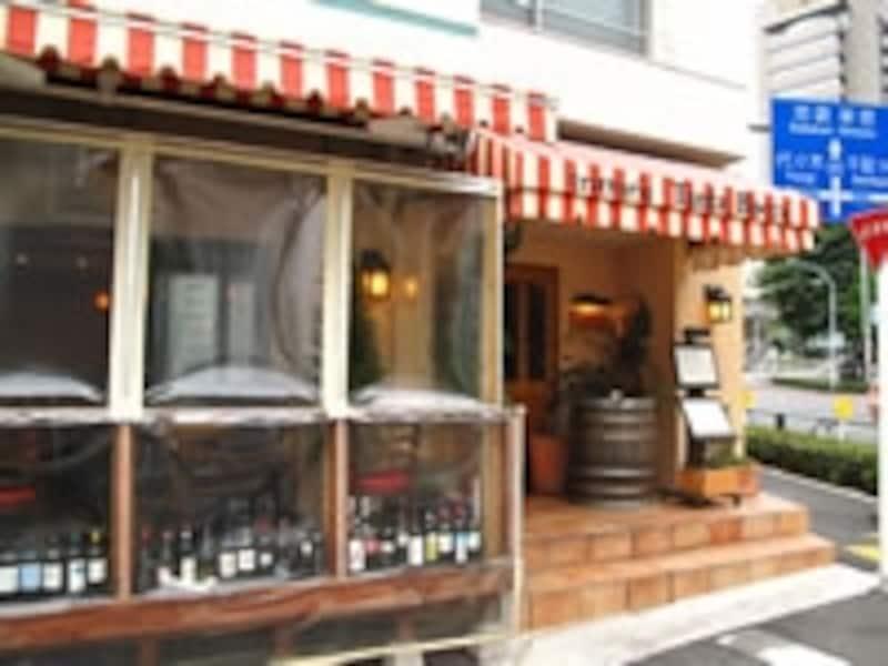 明治通沿いのイタリアレストラン。この路地を入る