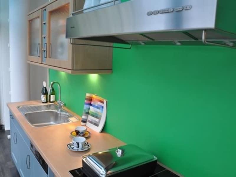 ショーウィンドウのキッチンを中から見る