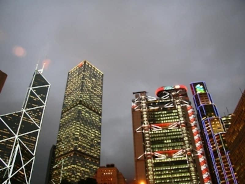 ライトアップされたビル群は一段と魅力的に