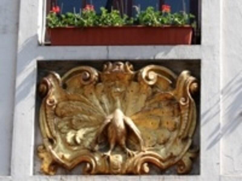 広場には隠れキャラの宝庫。黄金の孔雀は35番地に
