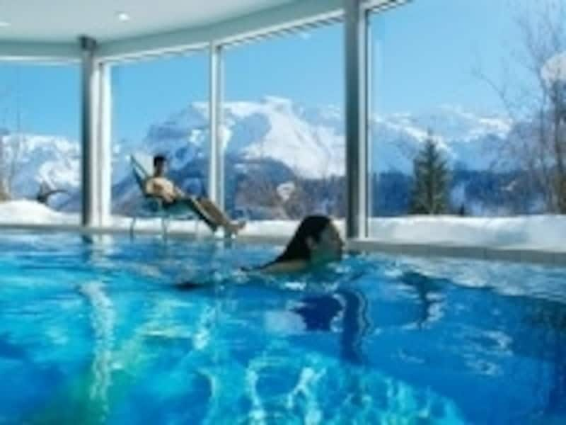 プール付きのホテルに泊まる場合は、冬でも水着を持って行こう
