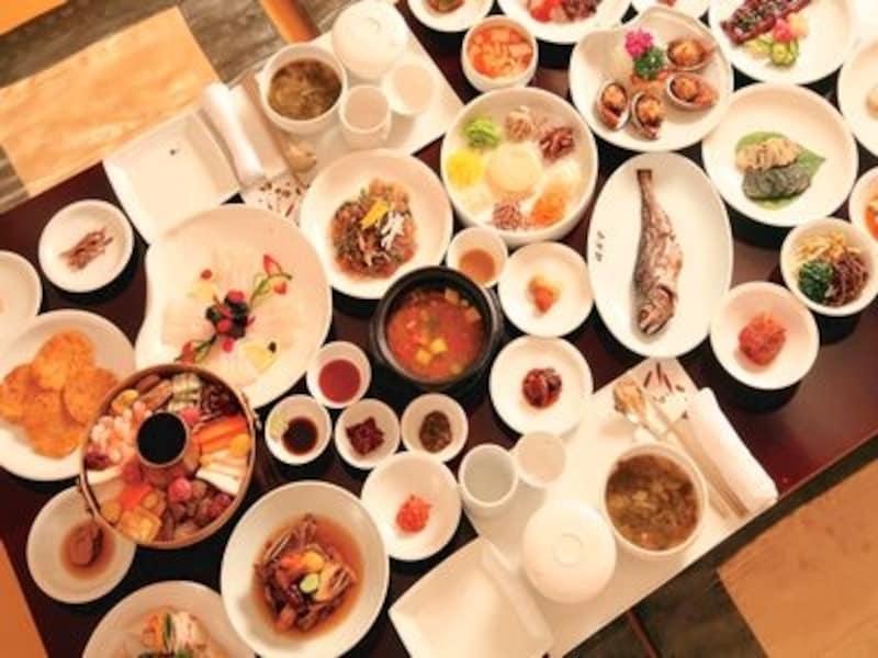 テーブルに溢れんばかりのおかず!韓国料理の魅力が凝縮された韓定食は絶対食べたいメニューの一つです。(C)KoreaTourismOrganization